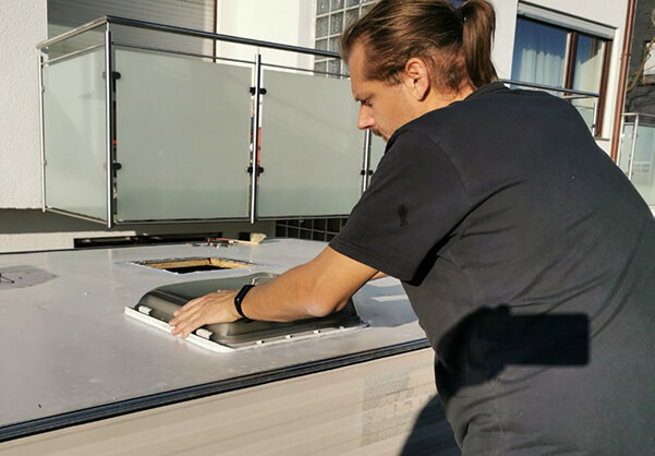 Restauration Wohnwagen Tabbert Kornett 460TN: Dachfenster einsetzen