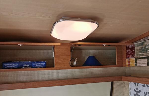 Wohnwagen restaurieren: LED Lampe im Innenraum mit Fernbedienung