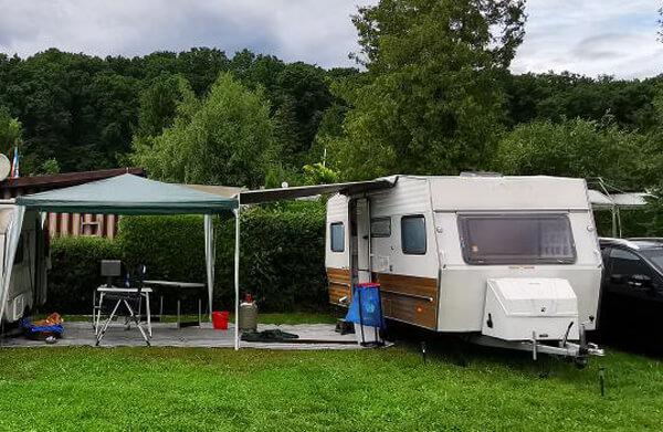 Erstausstattung Camping: Markise mit Pavillon davor